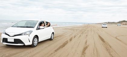 海辺を走る車